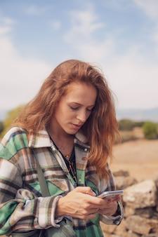 Uma linda garota olha para o telefone com uma cara preocupada