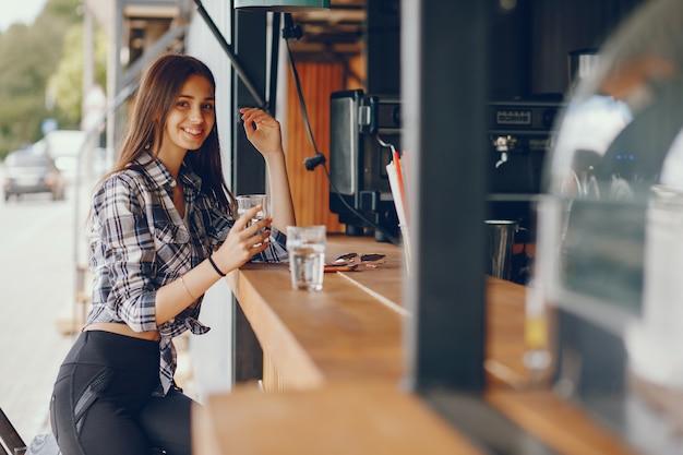 Uma linda garota sentada em um café
