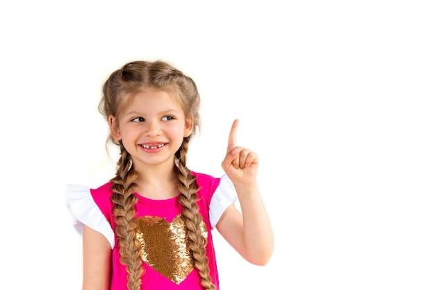 Uma linda garotinha aponta o dedo para cima.