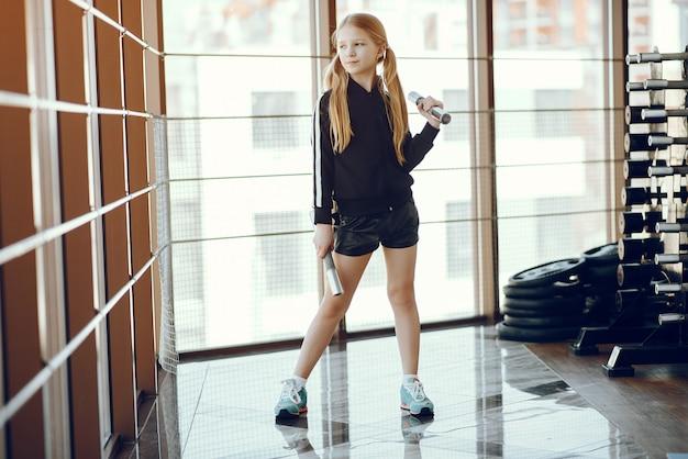 Uma linda garotinha está envolvida em uma academia