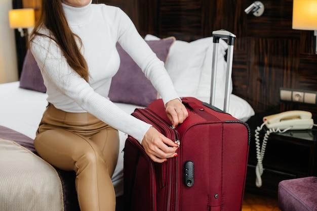 Uma linda jovem entrou em seu quarto em um hotel de luxo. turismo e recreação.