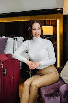 Uma linda jovem se hospedou em seu quarto em um hotel de luxo