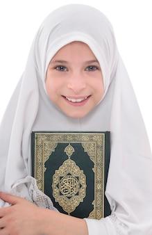 Uma linda muçulmana abraçando ama o livro sagrado do alcorão
