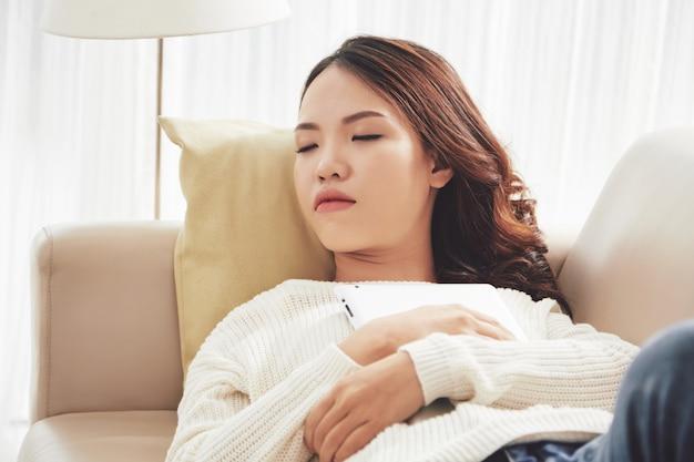 Uma linda mulher adormeceu
