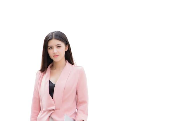 Uma linda mulher asiática em um terno rosa está de pé. isolado em fundo branco
