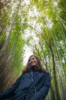 Uma linda mulher asiática na floresta de bambu