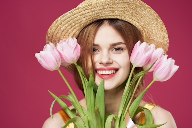 Uma linda mulher buquê flores feriado womens day fundo-de-rosa. foto de alta qualidade
