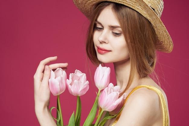 Uma linda mulher buquê flores férias presente estilo de vida fundo rosa