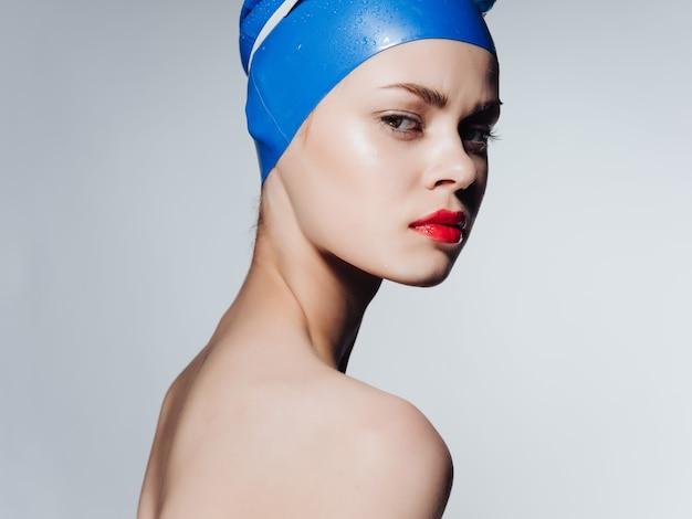 Uma linda mulher com ombros nus nadando em emoções de treino