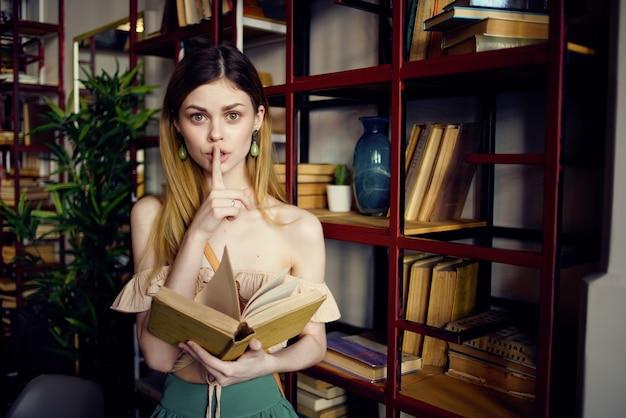 Uma linda mulher com um livro nas mãos de um estilo de vida de café