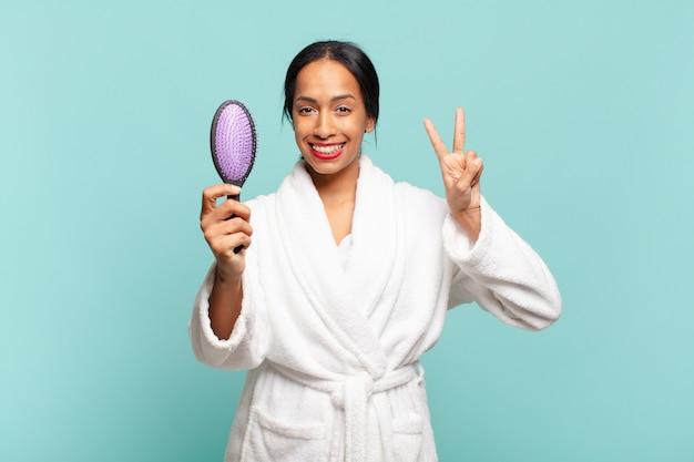 Uma linda mulher comemorando um triunfo e segurando uma escova