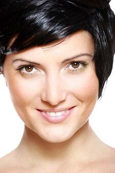 Uma linda mulher de cabelo preto curto sorrindo contra um fundo branco