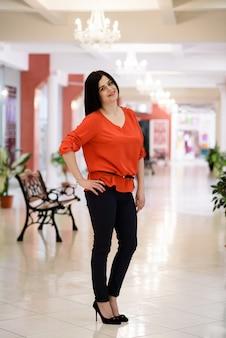 Uma linda mulher em uma blusa vermelha.