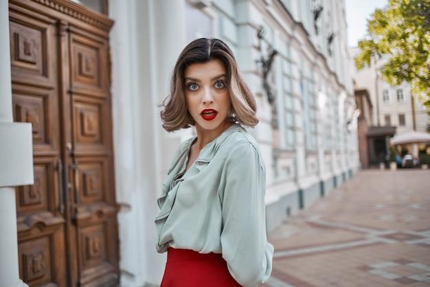 Uma linda mulher em uma cidade com saia vermelha, passeio, diversão, lazer, ar fresco