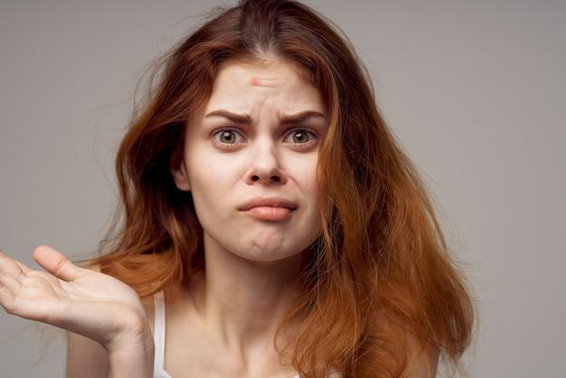 Uma linda mulher facial problemas de pele dermatologia luz de fundo