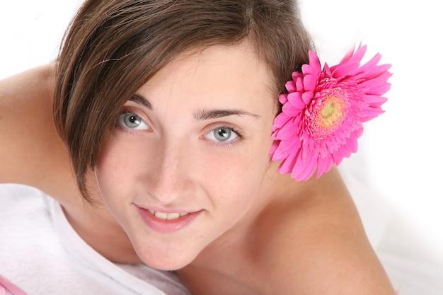 Uma linda mulher jovem e feliz