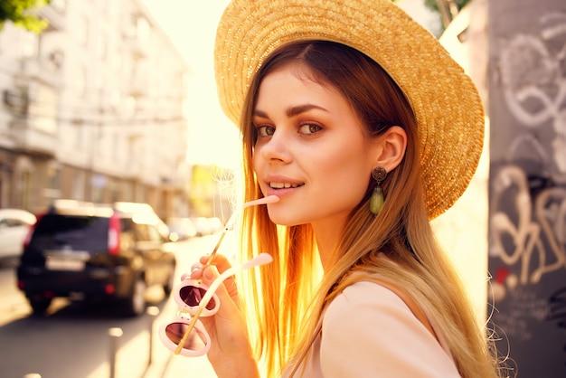 Uma linda mulher na rua usando chapéu e óculos estilo de vida