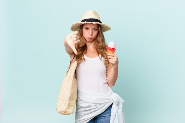Uma linda mulher se sentindo zangada, mostrando os polegares para baixo. conceito de verão