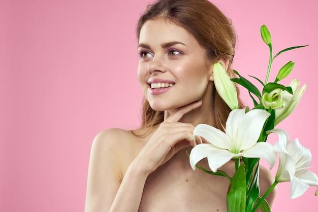 Uma linda mulher segurando um buquê de flores nas mãos