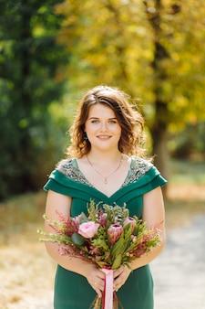 Uma linda noiva usando vestido de noiva verde