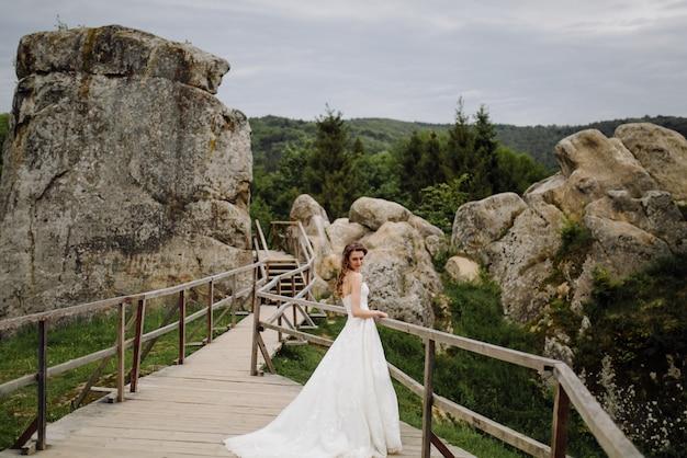 Uma linda noiva usando vestido de noiva
