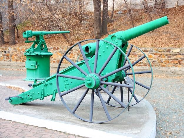 Uma linha de canhões históricos na grama.