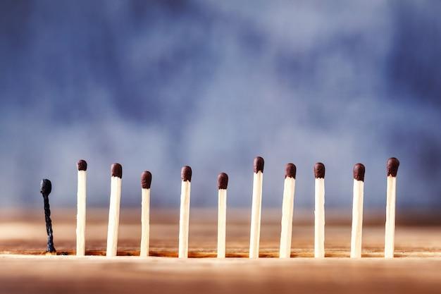 Uma linha de fósforos em um fundo de madeira