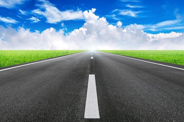 Uma longa estrada reta e céu azul.