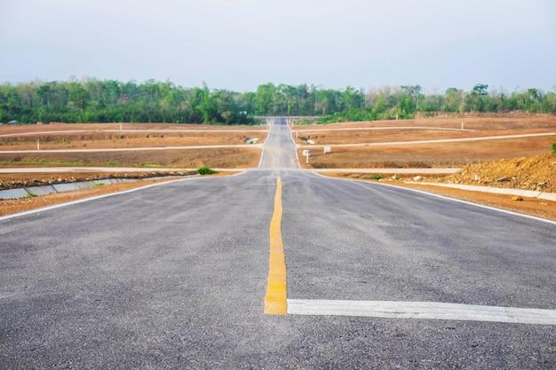 Uma longa estrada reta que leva em direção a uma montanha