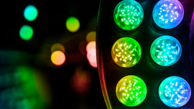 Uma luz led colorida iluminada contra bokeh de fundo