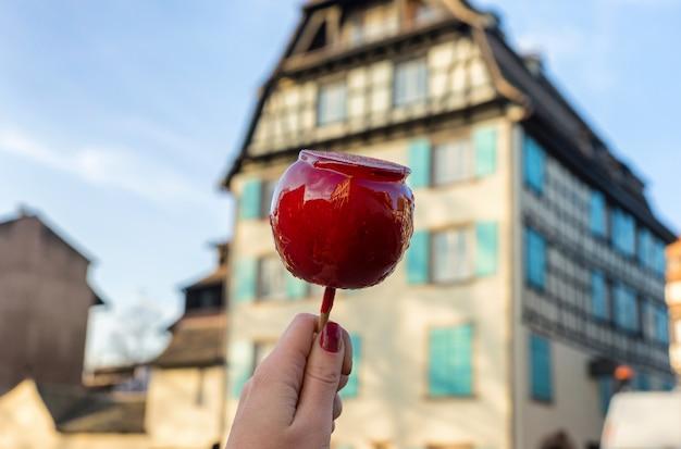 Uma maçã de natal em uma vara no esmalte de caramelo