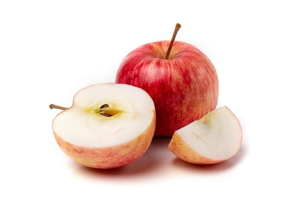 Uma maçã rosa colorida com meia maçã em um fundo branco.