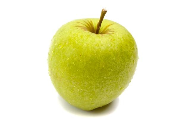 Uma maçã verde brilhante em gotas de orvalho isoladas