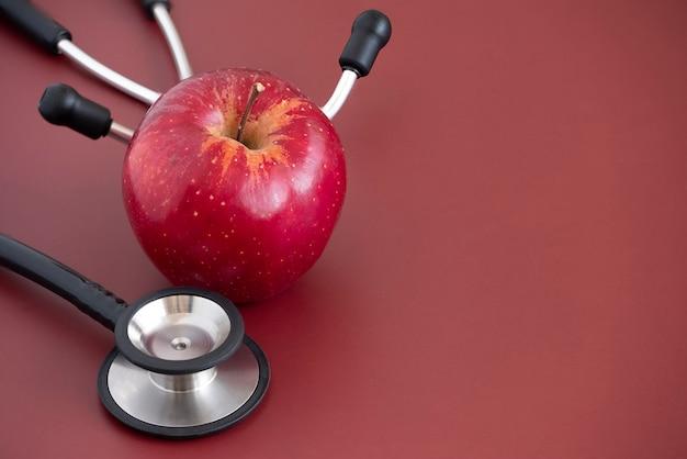 Uma maçã vermelha em fundo marrom escuro