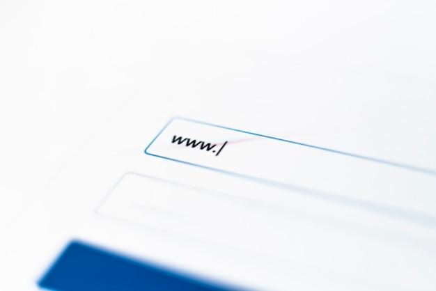 Uma macro de tela de monitor de computador com guia de pesquisa na internet