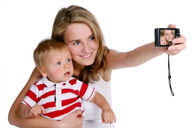Uma mãe jovem e bonita com criança