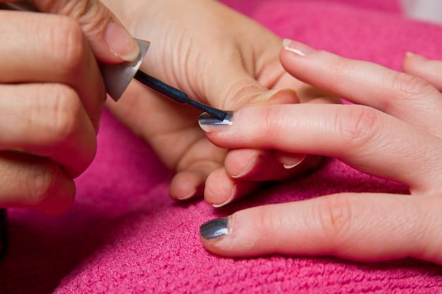 Uma manicure caseira