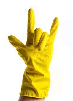 Uma mão em luvas de borracha amarela mostra uma buzina, dois dedos para cima