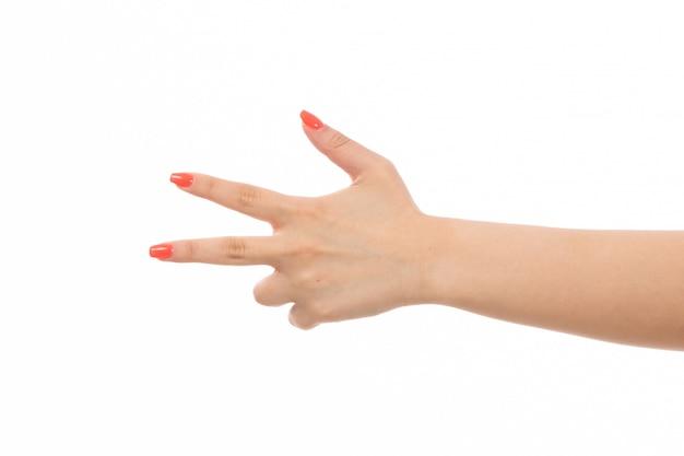 Uma mão feminina vista frontal com unhas coloridas apontou dedos no branco