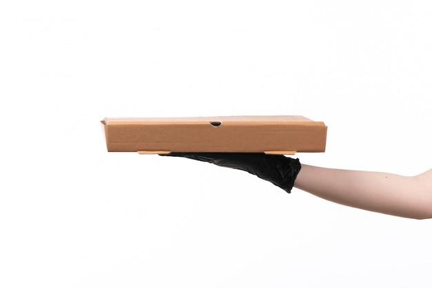 Uma mão feminina vista frontal segurando a caixa de entrega em branco