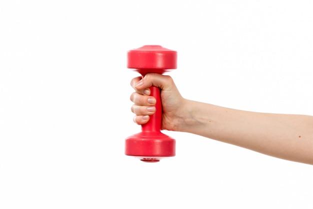 Uma mão feminina vista frontal segurando halteres vermelho no branco