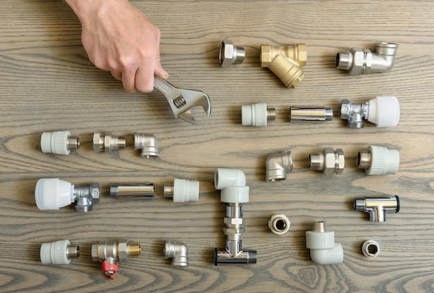 Uma mão humana está segurando as chaves ajustáveis.