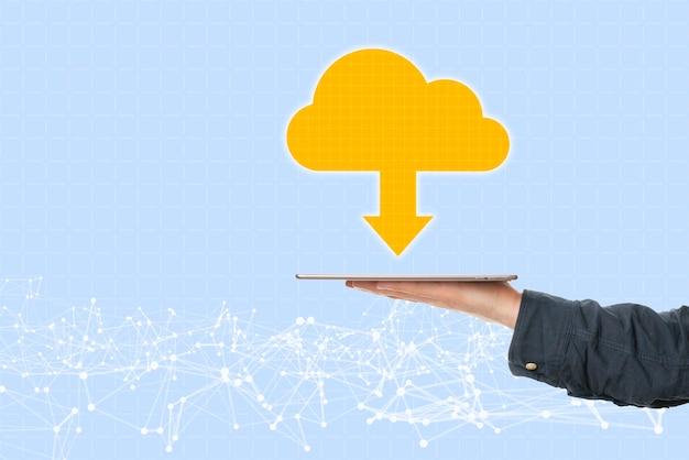 Uma mão segurando um dispositivo móvel com armazenamento em nuvem, banco de dados online de comunicação global