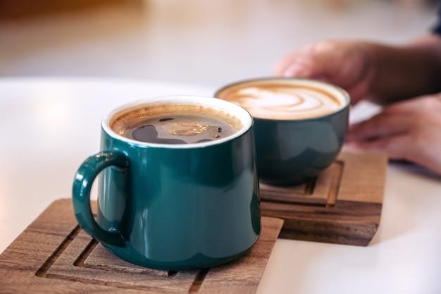Uma mão segurando uma caneca de café