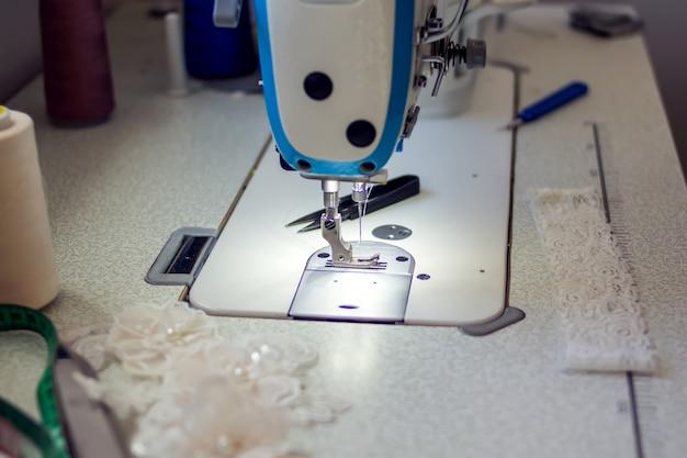 Uma máquina de costura com equipamento. fabricação do conceito de uso