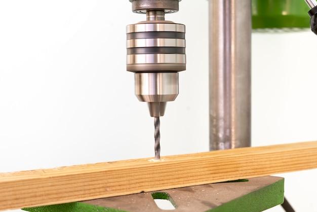 Uma máquina de perfuração de bancada de aço na fábrica isolada, processo de trabalho