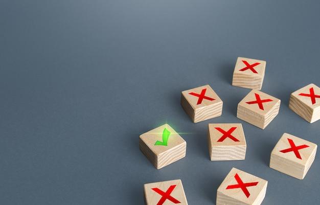 Uma marca de verificação verde entre as cruzes do x vermelho apenas a solução certa na situação última chance