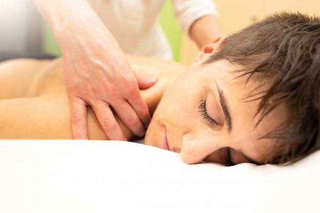 Uma massagem estética relaxante para os ombros em um estudo estético