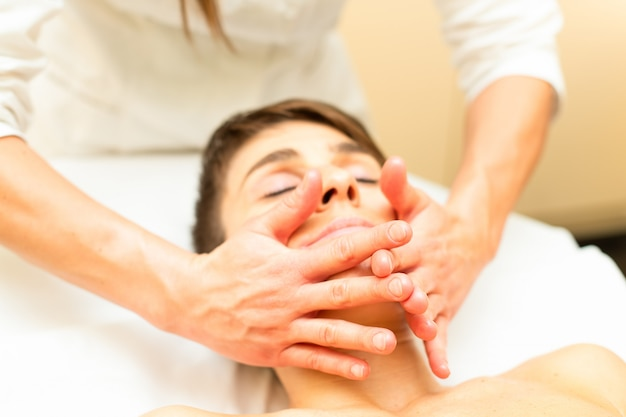 Uma massagem facial relaxante realizada por um profissional