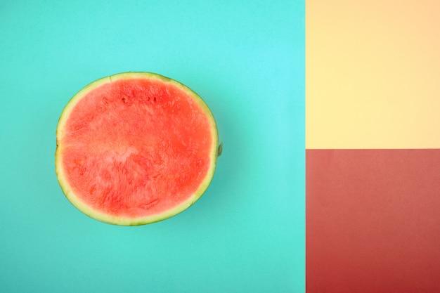 Uma melancia com cores fortes e complementares